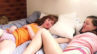 Girls Out West - Lesbian cuties stimulate hairy cunts