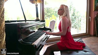 Awesome bootyful blonde pianist Vinna Reed gives such a fantastic BJ
