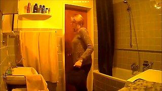 Ktzchen in the bathroom