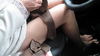 Amateur hottie in nylons rubs her fiery peach in the car