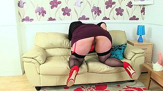English BBW Sarah Jane gives her fanny a dildo treat
