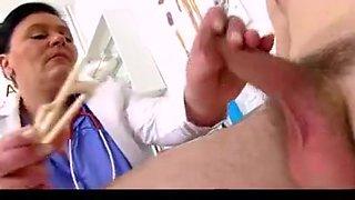 Danica enfermera jalandosela a un sujeto y se viene en sus tetas