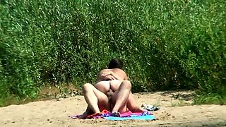 Beach voyeur finds a horny couple enjoying wild sex