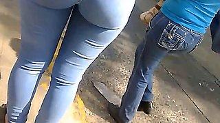 Peruanita con delicioso culito en jeans ajustados.