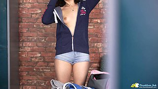 Just spy a bit on sporty sexy babe Helen White who flashes her body