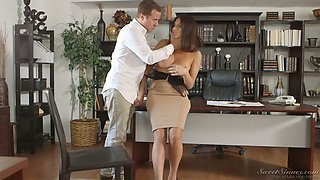 Tantalizing seductress Jaclyn Taylor seduces one dude with a big hose