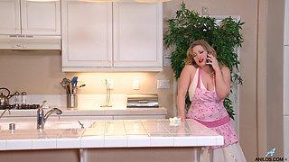 Chubby amateur MILF Victoria Tyler masturbates in the kitchen