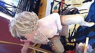 thigh boots lipstick milf deepthroats at mirror gloryhole