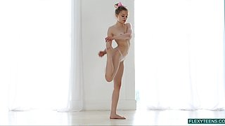 Eye catching sporty gal Emma Jomell flashes her nude body during stretching