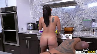 naked maid julz gotti is cleaning the kitchen