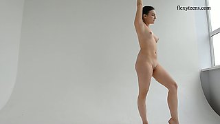 Getting nude flexible acrobat Dasha Lopuhova exposes her sexy booty