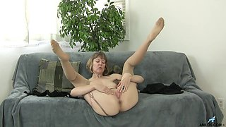 British mom rubbing her clit