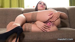 Foxy czech nympho gapes her narrow quim to the extreme