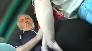 Une femme seule se faire tripoter dans le bus
