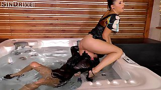 Amirah goes full-lesbian together with her best friend in the bathtub